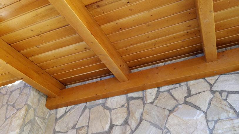 Llenyer exterior de fusta fet a mida title=